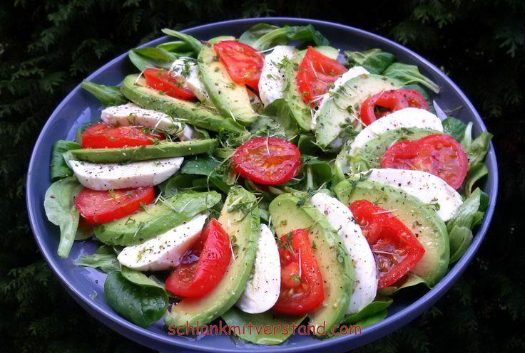 Avocadosalat low carb, vegetarisch Avocados, auch Alligatorbirnen genannt, enthalten viele wertvolle Nährstoffe, wie Vitamin A, Vitamin B, Alpha-Carotin, Beta-Carotin, Biotin und reichlich e…