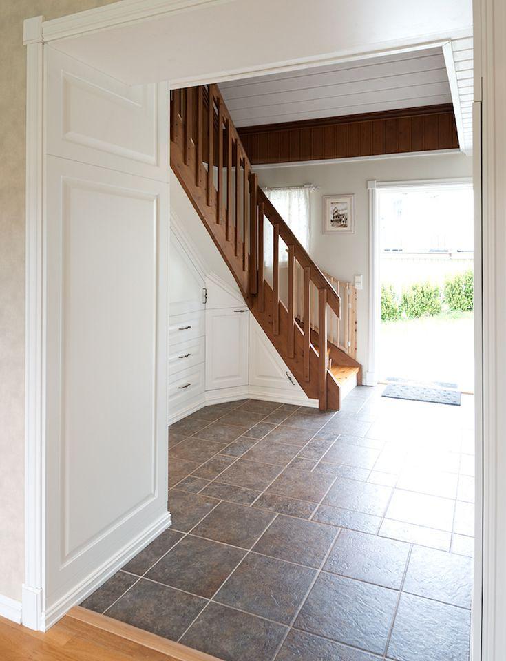 Dressing sous escalier pour exploiter l'espace perdu et maximiser les rangements   Dressing sous ...