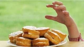 Cientistas testam truques que podem diminuir o desejo de comer e a ingestão de calorias.