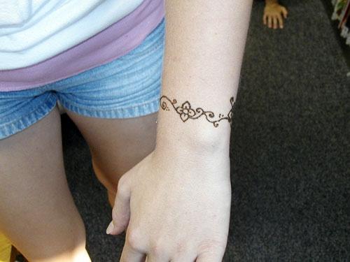 Wrist Tattoos With Mehndi: Very Simple Henna Wrist Design. Love Love!! #henna #tattoo