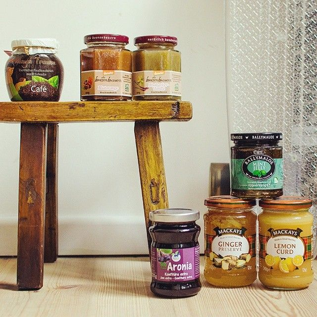 Erdbeere? Langweilig! Hier findet ihr 7 Sorten Marmeladen, die wirklich mal etwas Anderes auf dem Frühstückstisch sind: https://www.allyouneed.com/magazin/sieben-sorten-sollst-du-testen/ #allyouneed #marmelade #jelly# frühstück #frühstücken #süßesFrühstück #breakfast #sweetbreakfast #ballymaloe #minz #mintjelly #minze #MinzMarmelade #McKays #LemonCurd #Zitronenmarmelade #Zitrone #Zitronenkuchen #Zitronentarte #Ginger #Ingwer #Ingwermarmelade #Beerenbauern #Rhaba