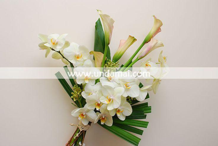 Aranjament floral cu orhidee albe