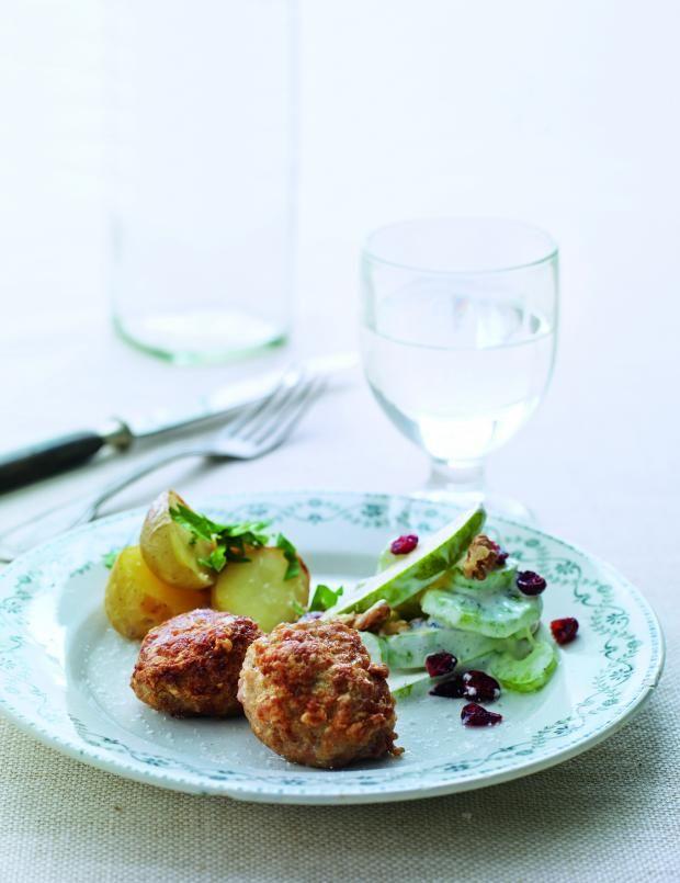Kjøttboller med poteter og waldorfsalat