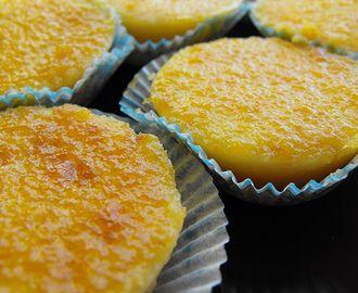 Queijadas de laranja húmidas polvilhadas com canela