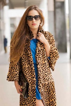 Audrey: Sabato sera, la serata per eccellenza! Si respira subito voglia di festa, musica e luci colorate. Andrò al concerto e nessuno mi potrà separare dal palco! Non vedo l'ora di immergermi in quell'atmosfera avvolgente! #eyewear #sunglasses #fashion #beauty #style
