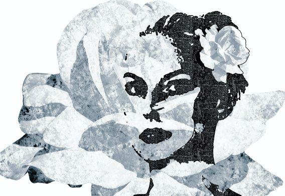 Een vrouw met een roos in haar haar