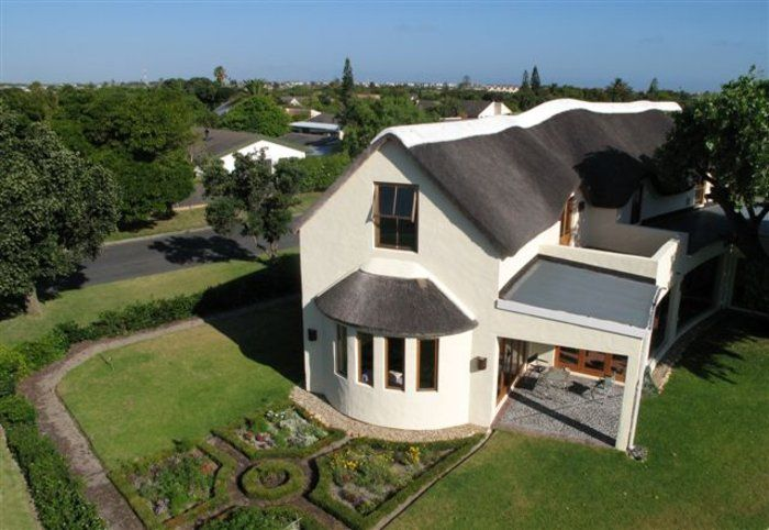 House Kirstenhof is well-located for trips to Cape Town, the Constantia Wine Route, and Kirstenbosch Gardens.