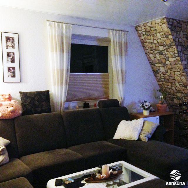 Best Plissee von sensuna als harmonischer Sicht und Sonnenschutz im Wohnzimmer