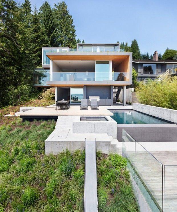 Russet Residence par Splyce Design : Nichée dans une petite zone boisée avec une vue imprenable sur l'océan, cette résidence conçue par Splyce Design s'élève au sommet d'une pente raide à l'ouest de Vancouver, au Canada.
