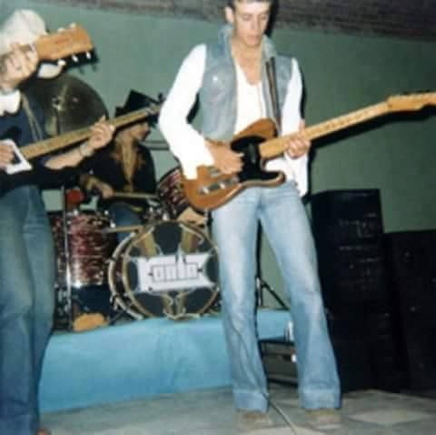 """Cerati tocando en el Grupo """"Koala"""",una de sus bandas de adolescente, año 1980. Recontraretro!! De: @OTRAFLOROK"""