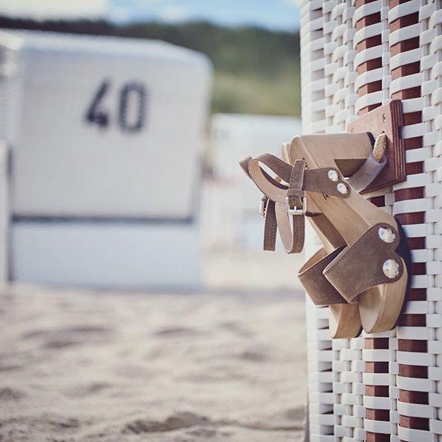 Holz und Wildleder in natürlichen Farben - mit unserem Modell EILYN macht man am Strand und in den Dünen in Sachen Styling alles richtig. Zu einem schlichten Outfit mit gebräunter Haut das perfekte Accessoire!  #softclox #clogsofinstagram #clogs #iloveshoes #summer #sonnesandundmeer #steifebriese #vitaminsea