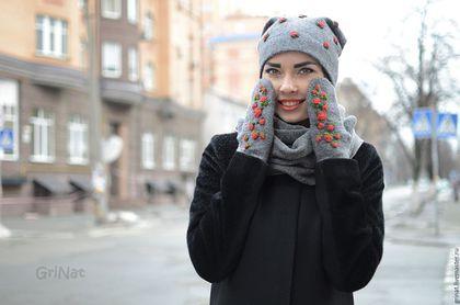 Купить или заказать Комплект'Любимый' в интернет-магазине на Ярмарке Мастеров. Комплект выполнен в технике мокрого валяния из нежнейшей итальянской мериносовой шерсти. Декорирован авторской вышивкой. Варежки очень мягкие, удобные, легкие и теплые, прекрасно дополнят Ваш образ и согреют Ваши руки в самую холодную зиму. Приятный аксессуар для Вас и чудесный подарок для Ваших друзей. Если желаете быть в курсе новинок, рекомендую подписаться на рассылку обновлений моего магазина (см.