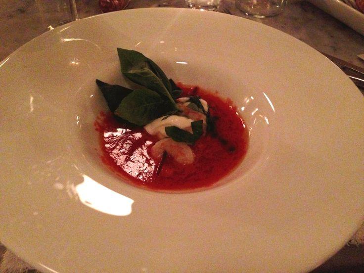 Zuppa fredda di pomodori datterini con spiedino di gambero e mozzarella di bufala  #liberty #grancaffeliberty #asola #mantova #food #italy #italia #mare #pesce #ristotrante #restaurant