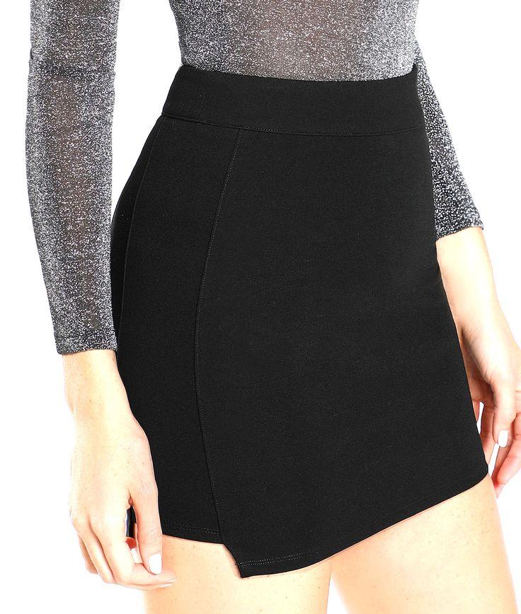 Mini falda elástica con cierre trasero con cremallera. #trastostattoo #falda #minifalda #faldacorta #minifaldanegra #moda #ropa #modamujer #modajoven #basics #shopping #online #compraronline