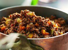 REGTE EGTE BASAAR KERRIE EN RYS 2 kg Maalvleis 2 na 3 groot aartappels in blokkies gesny (pre-cook vinnig in die mikrogolf tot amper sag) 2 groot uie (gekap) 500gr gevriesde gemengde groente (of 1 ...