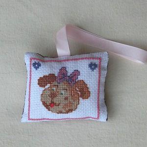 Petit coussin - tête de chien au nœud papillon - cœur - brodé main - décoration murale - anniversaire fête pâques enfan
