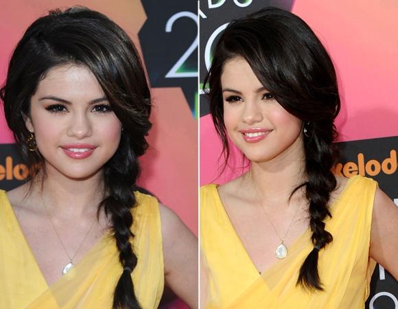 Trança lateral - soltinha    Selena Gomez repartiu o cabelo para o lado e fez uma trança lateral mais soltinha. De um lado do penteado, ela prendeu a franja, Do outro, ela deixou uma mecha de cabelo solta.