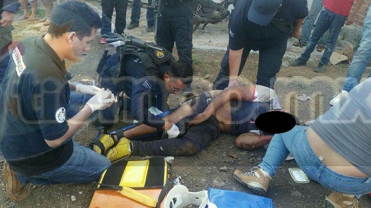 Por fallas en los frenos, el chofer de un camión tipo torton cargado de aguacate perdió el control en la carretera Los Reyes-Tocumbo, impactándose contra una vivienda en la localidad ...
