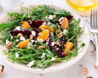 Salade de roquette à la betterave et à l'orange, vinaigrette à la noix : http://www.fourchette-et-bikini.fr/recettes/recettes-minceur/salade-de-roquette-a-la-betterave-et-a-lorange-vinaigrette-a-la-noix.html