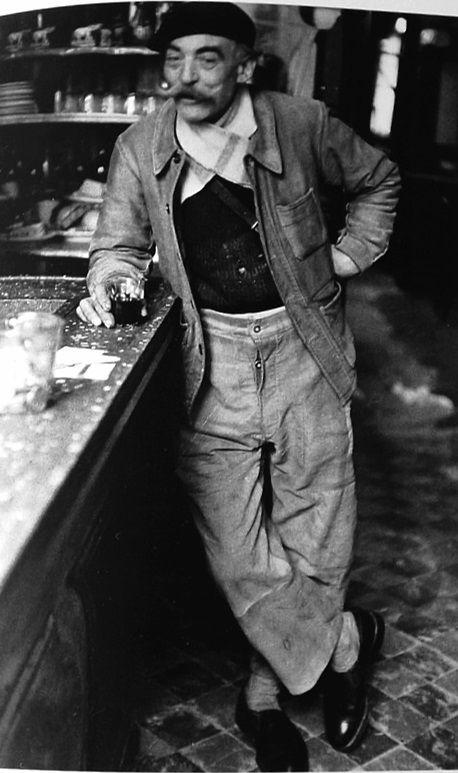 Robert Doisneau // Livreur au café Allain, rue de Seine, Paris 6º, 1953.  #cafeblackandwhite