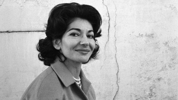L'été de la Callas. En huit épisodes, Stéphane Grant retrace le parcours de Maria Callas. Quelle est cette nouvelle voix, dont les micros d'un studio d'enregistrement, en 1949, révèlent l'incroyable phénomène ? Une jeune soprano de 25 ans, capable de chanter à la fois Wagner et Bellini. Le cas est sans précédent. Grandes dates, et grands lieux de mémoire...