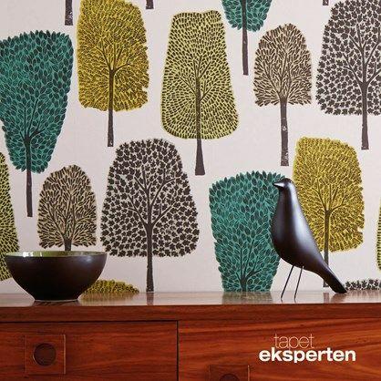 Cedar - retro tapet med træer.  Spændende retrotapet med grafiske træer i forskelige farver og former, et tapet der giver rummet liv.