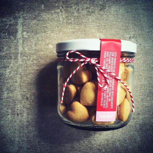 Mini Alfajores rellenos en forma de corazón rellenos de dulce de leche (temporada de Amor & Amistad). Pídelos por nuestra tienda en www.homebaked.com.co