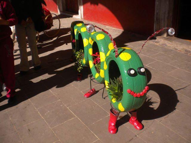 Crea divertidas figuras de animales para decorar tu jardín o como juego para los niños, encuentra más en http://www.1001consejos.com/manualidades-con-llantas