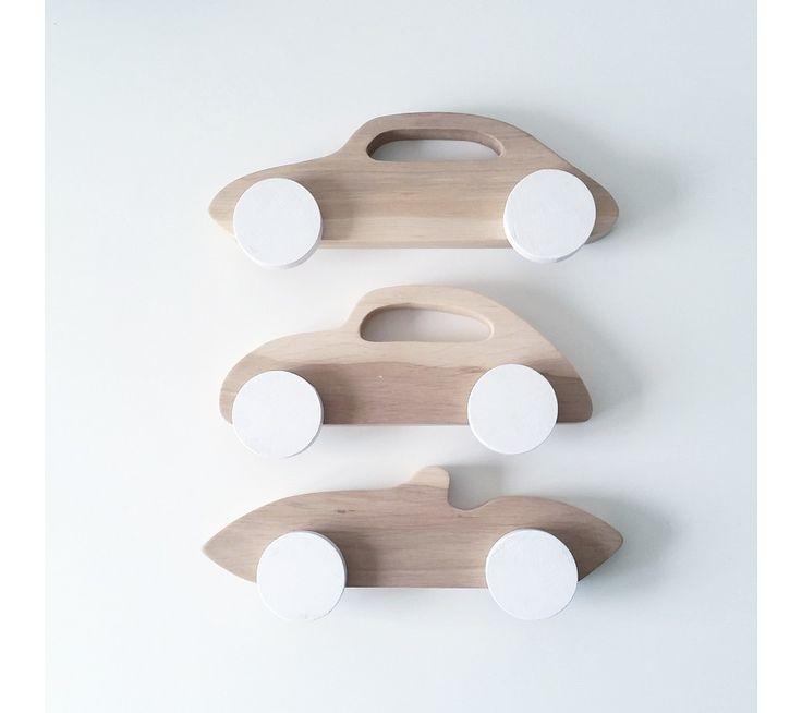 Enkle sportsbiler i et klassisk look med hvide hjul. Pinch Toys bilerne kommer i et samlet...