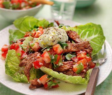 Här serveras en kryddig biff med en Pico-de-gallosalsa som tillbehör. Pico-de-gallo är en supergod salsa som komponeras av ingredienser som lök, tomater, färsk koriander och limesaft. Köttet steks ihop med kryddblandningen och avnjuts sedan med salsa, avokadoröra och sallad.