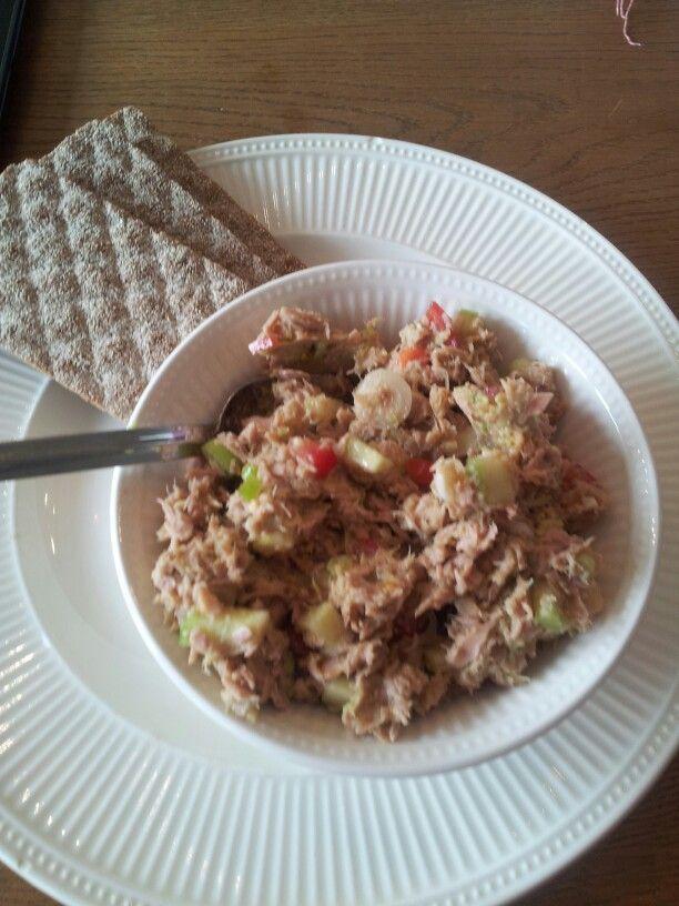 Tonijnsalade ~ avacado tomaat komkommer lente ui peper zout cayennepeper chilipoeder en eetlepel olijfolie