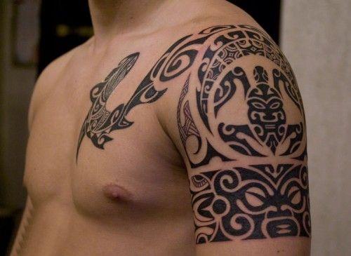 татуировка на руке и груди с черепахой маори