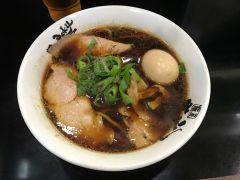 麺屋 丈六は大阪なんばで人気のラーメン店なんです 見た目はスープが真っ黒ですが秋刀魚醤油を使っているのであっさりして美味しいですよ つけ麺は増量無料で煮卵は雨が降っていたらトッピング無料という嬉しいサービスもあります 和歌山中華そばのこってり豚骨醤油もおすすめですよ  #大阪 #ラーメン #グルメ #ランチ #醤油ラーメン #豚骨ラーメン tags[大阪府]