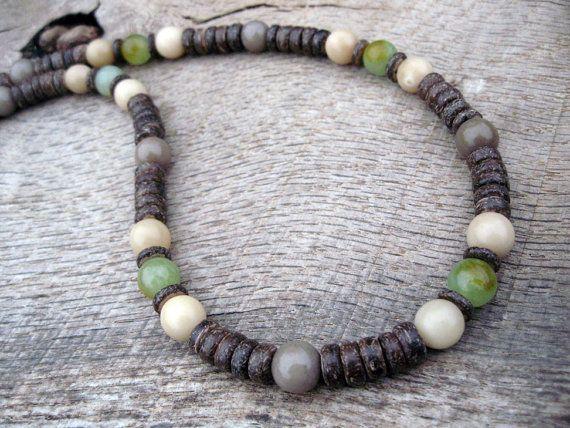 Collier de surfeur style tribal Mens faits à la main de jade naturel, perles de rocaille buri, le bois et la coquille de noix de coco, des matériaux naturels magnifiques en couleurs terreuses. Mens collier perlé à la main. Enfilées sur une corde solide avec fermoir robuste. Lun des types. Végétalien.  Ce collier est vingt deux pouces de long.  Je source et recueillir les perles du monde entier. Je cherche des perles faites de matériaux naturels, de métal et de verre, surtout ceux qui sont…