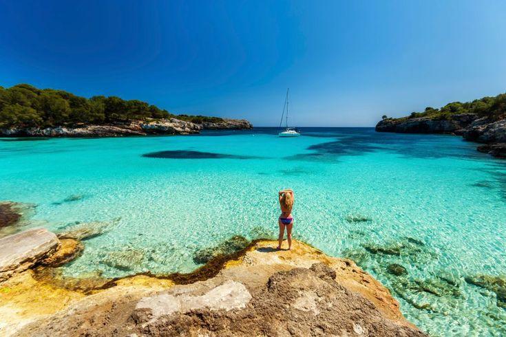 Una bañista en Cala Macarella, Menorca. Las mejores playas