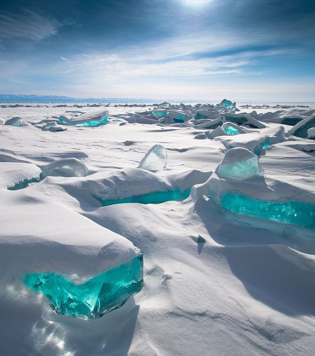 Mer Turquoise, Lac Baïkal, Russie Situé dans le sud de la Sibérie, le Lac Baïkal est l'un des plus anciens et des plus profonds de la planète. En hiver, ses eaux turquoise gèlent et sont ensevelies sous des blocs de glace. Lorsqu'au mois de mars, la fonte commence, le lac offre des visions irréelles de blocs congelés de couleur turquoise émergeant de la banquise