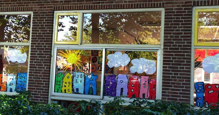 een straat vol gekleurde huizen op de ramen van de kleutergroep