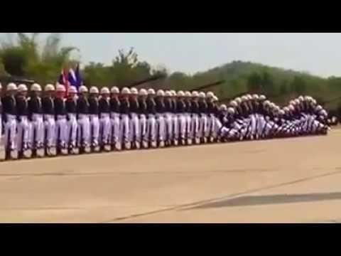 Soldados exibem coreografia incrível durante desfile militar ao som de T...
