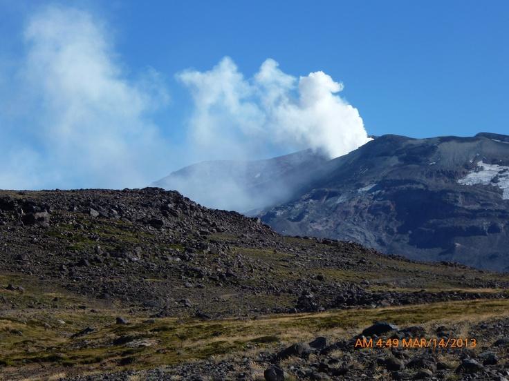 """Volcán Copahue, en la cordillera de los Andes, Neuquén, Argentina. En actividad moderada """"alerta amarilla""""."""