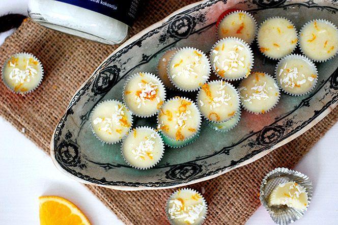 Vit ischoklad med kokos- och apelsin | Kung Markatta - kungen av ekologiskt. Vit ischoklad med kokos- och apelsin  Med endast fyra ingredienser fixar du den här ljuvliga vita ischokladen med smak av kokos och apelsin. Perfekt julgodis att njuta av själv eller att ha med sig i gå-bort-present.