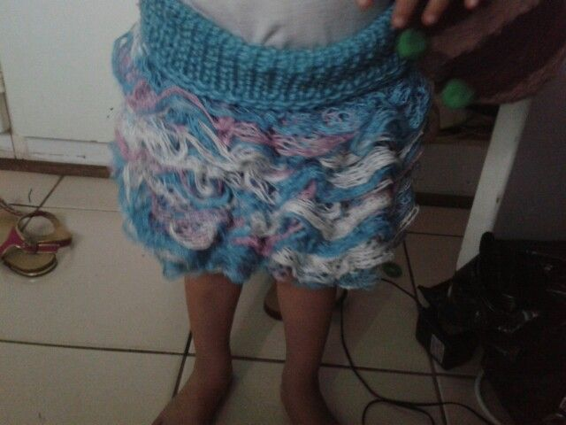 Loom skirt with double knit wool and ruffle wool. 47 peg loom. Top k1 p1 14 rows fold over kit row then knit only top og ruffle