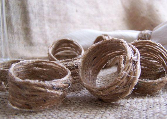 Touw in water en houtlijm. Om een wc rolletje doen. Na drogen klaar voor gebruik! Hey, I found this really awesome Etsy listing at http://www.etsy.com/listing/129115364/12-napkin-rings-rustic-jute-twine