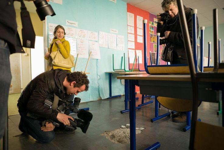 Visite de l'école Perrin à Marseille, le 8 février, organisée pour la presse par la mairie. Des journalistes filment les dalles délabrées qui contiennent de l'amiante.