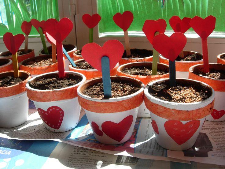 Blumentöpfe mit Herzbesteck für den Muttertag