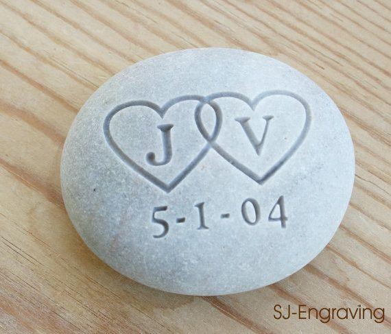 Bruiloft en verjaardag cadeaus - aangepaste Oathing Stone - elkaar grijpende harten met initialen - voor huwelijk, engagement, ceremonie, verjaardag