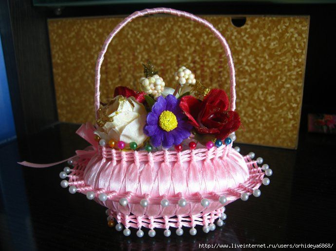 zeep versiert met knopspelden lint en bloemetjes ((artesanias))