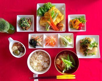 日本人のごはん/お弁当 Japanese meals / Bento 小皿(副菜)が多い場合の綺麗な並べ方です。お皿の形を揃えることで統一感が出ます。常備菜をたくさん作って置けたときに真似したいテーブルコーディネートであり、理想的な並べ方です。