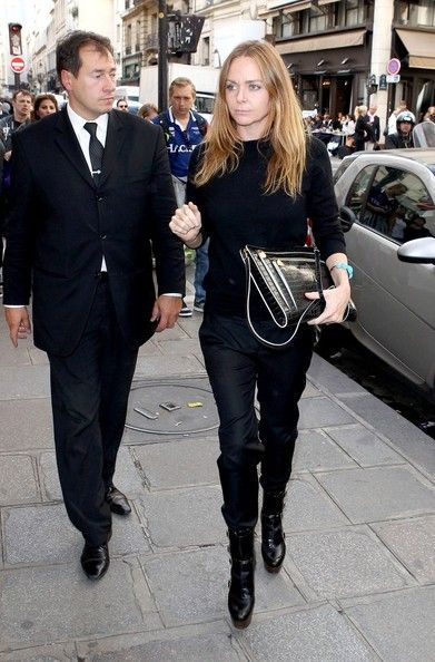 Stella McCartney Photos Photos - Stella McCartney leaves the Four Seasons Hotel with two of her children and husband Alasdhair Willis. McCartney then meets up with Kate Moss and the pair do a little shopping together while in town for Paris Fashion Week. - Kate Moss and Stella McCartney out in Paris