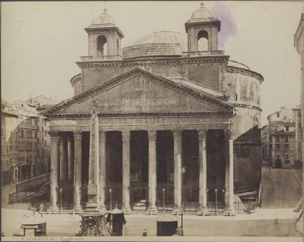 Roma. Facciata del Pantheon: sulle estremità dell'attico sono visibili i due campanili fatti erigere da Gian Lorenzo Bernini e demoliti nel 1883.