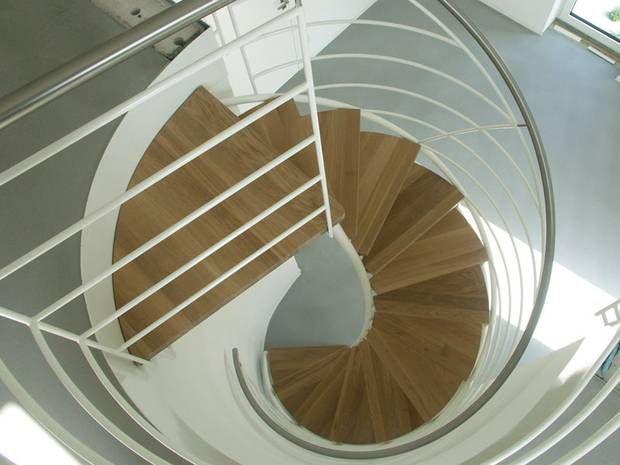 Holztreppe mit Stahlelementen – diese Kombination kann auch umgekehrt werden. Eine Stahltreppe mit Holzstufen etwa vereint die Finesse einer Metallkonstruktion mit dem Komfort des Werkstoffes Holz. Der Kalt-Warm-Kontrast der beiden Materialien sorgt für eine besondere Atmosphäre.